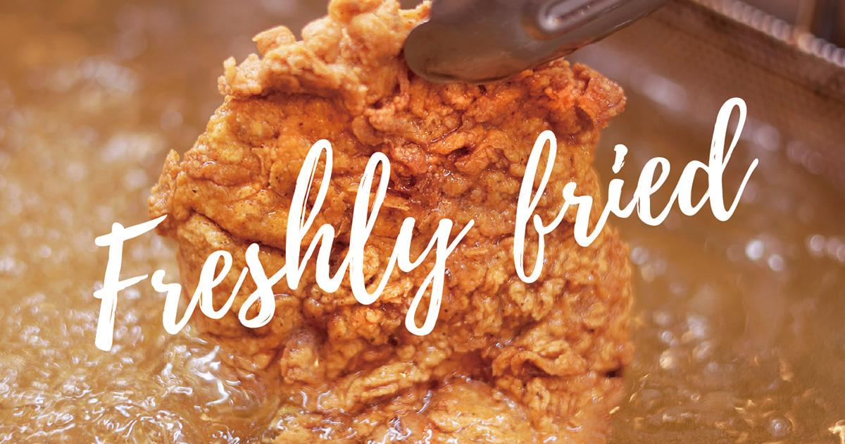 Lucky Rocky Chicken(ラッキーロッキーチキン)はバターミルクフライドチキン専門店です。アメリカの家庭料理にはかかせないバターミルクに一晩つけこみ、やわらかく旨みを凝縮。12種のオリジナルスパイス…